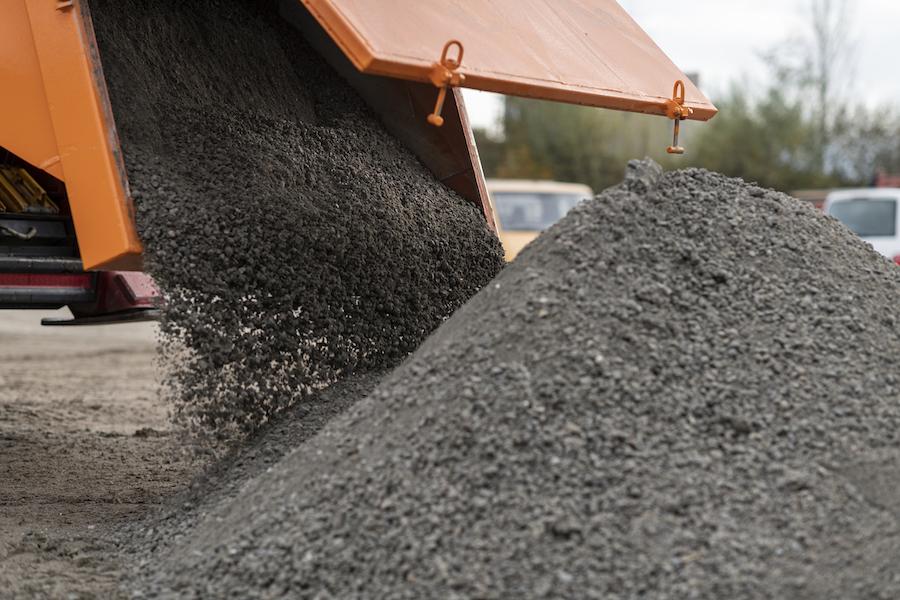 Binding carbon dioxide with broken concrete